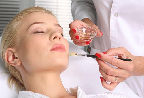 Що таке пілінг гліколевої кислотою для обличчя і як він проводиться?