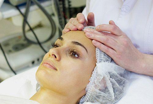 Масаж особи у косметолога