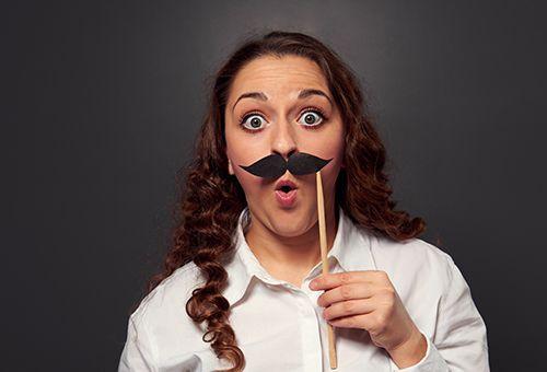 Жінка з накладними вусами