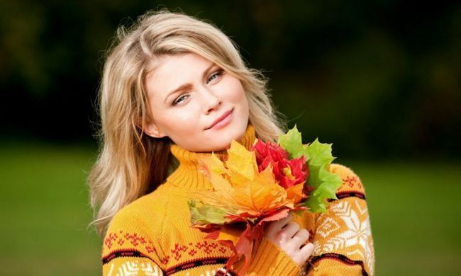 blonde-girl-with-autumn-leaves-wallpaper-53d37a060ba25-kopiya