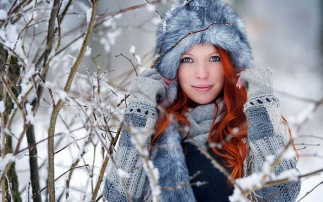 girls_red-haired_girl_with_long_hair_in_a_fur_hat_102507_