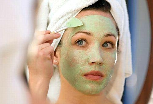 дівчина завдає маску з огірка