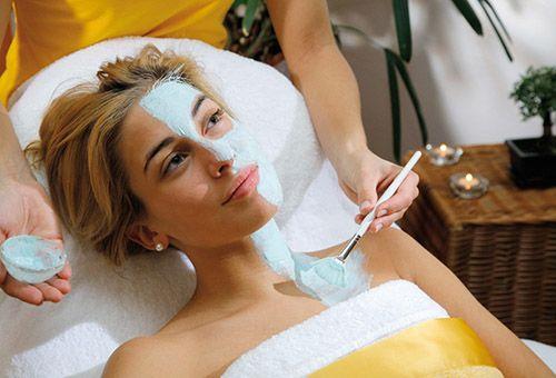 Методи позбавлення від засмаги: відбілюючі маски і пілінги для обличчя