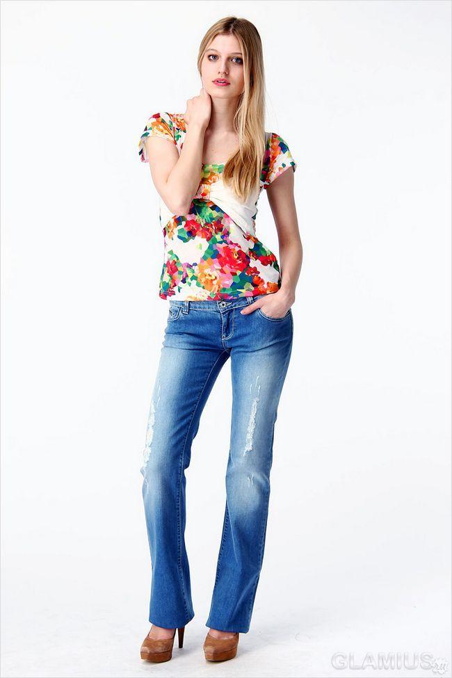 Розкльошені джинси з блузкою і туфлями
