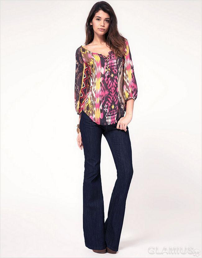Розкльошені джинси з блузкою