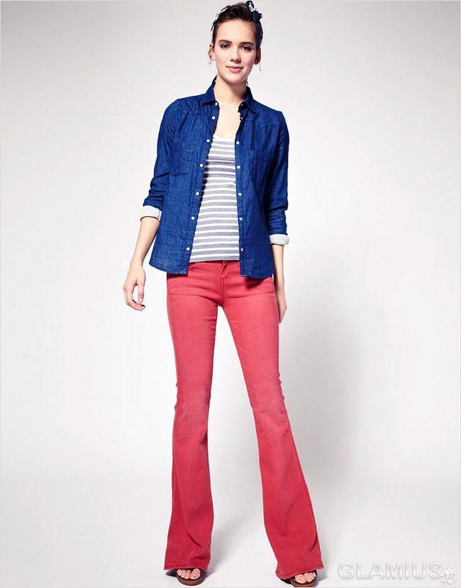 Розкльошені джинси червоного кольору