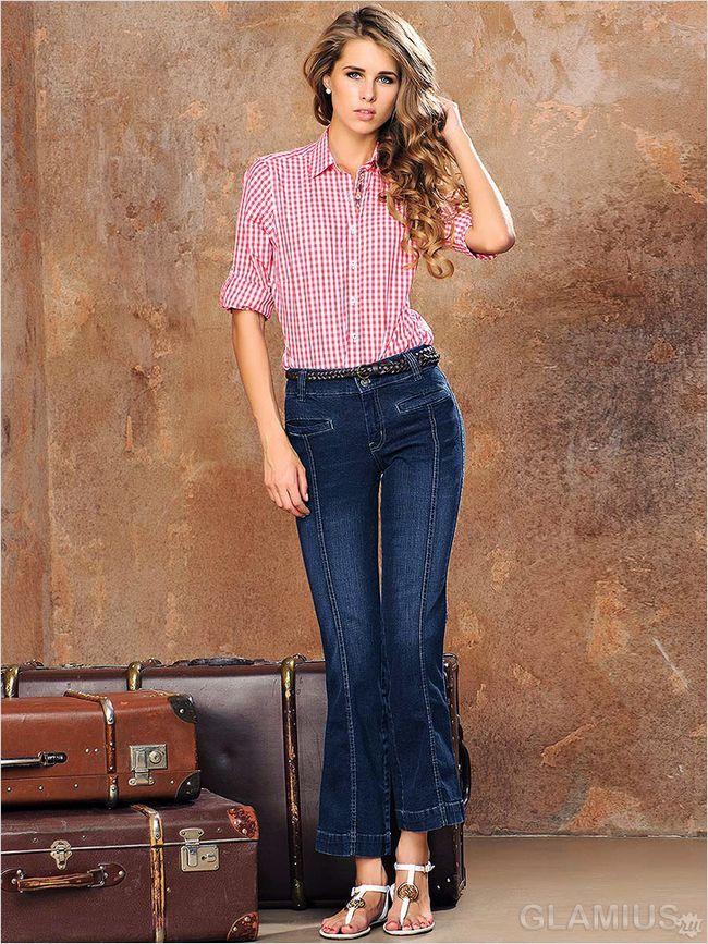 Укорочені розкльошені джинси з сорочкою і сандалями