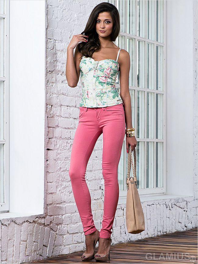Яскраві рожеві скинни з туфлями на шпильці