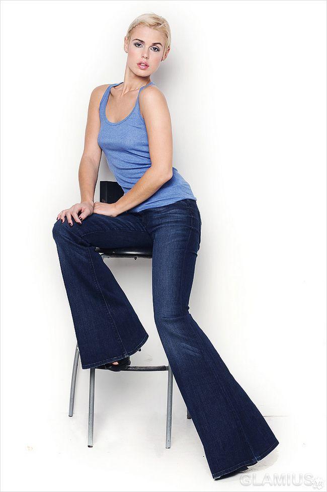 Розкльошені джинси з майкою