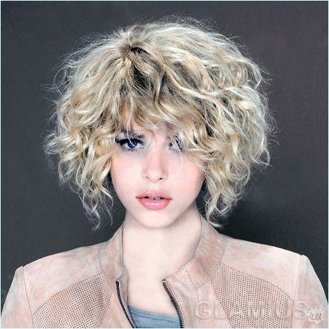 Каре на кучерявих волоссі
