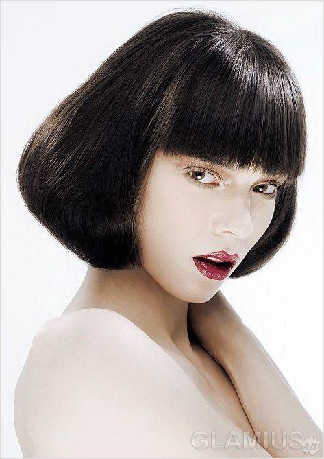 Каре на гладких волоссі з укладанням