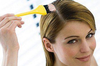 Чи можна мамі, що годує фарбувати волосся