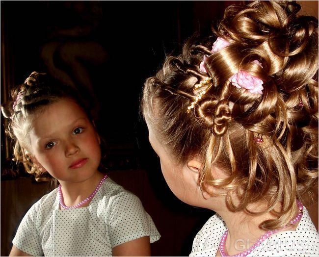 Зачіска з джгутами, косами і штучними квітами