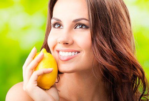 Дівчина з лимоном