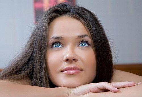 Дівчина з красивою шкірою обличчя