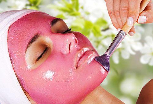 Нанесення журавлинною маски на обличчя
