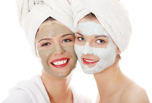 дівчата завдали маски з глини на обличчя
