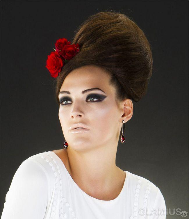 Зачіска вулик, прикрашена квіткою