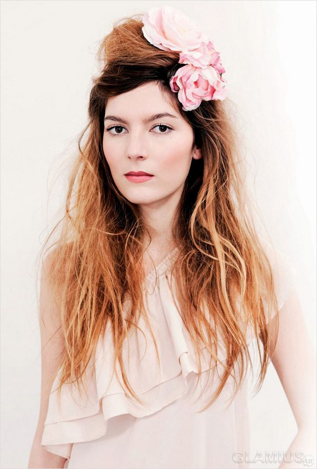 Зачіска в недбалому стилі, прикрашена квіткою