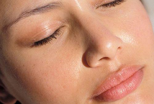 Застосування матуючого крему для обличчя при догляді за жирною шкірою