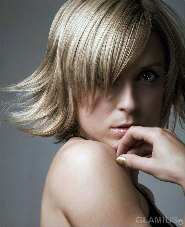 Каре з косою чубчиком на світлому волоссі